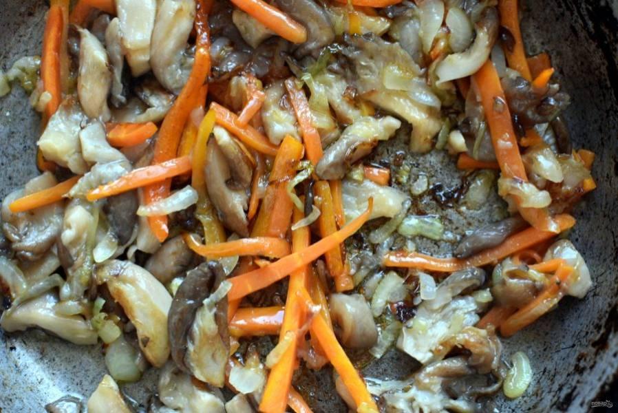 Одновременно позолотите нашинкованные грибы с луком на масле. Добавьте морковь и жарьте все вместе еще пару минут.