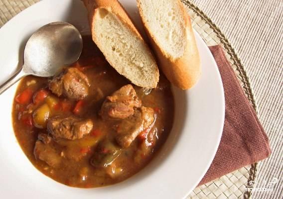 Попробуйте, приготовился ли картофель. Если да, то добавьте в кастрюлю овощи со сковородки и на медленном огне продолжайте варить суп дополнительные 15 минут, не до конца прикрыв крышкой. Добавьте специи. Как только суп будет готов, посыпьте его нарезанной зеленью. Закройте крышкой и подождите 5-10 минут, пока суп дойдет. Приятного аппетита!