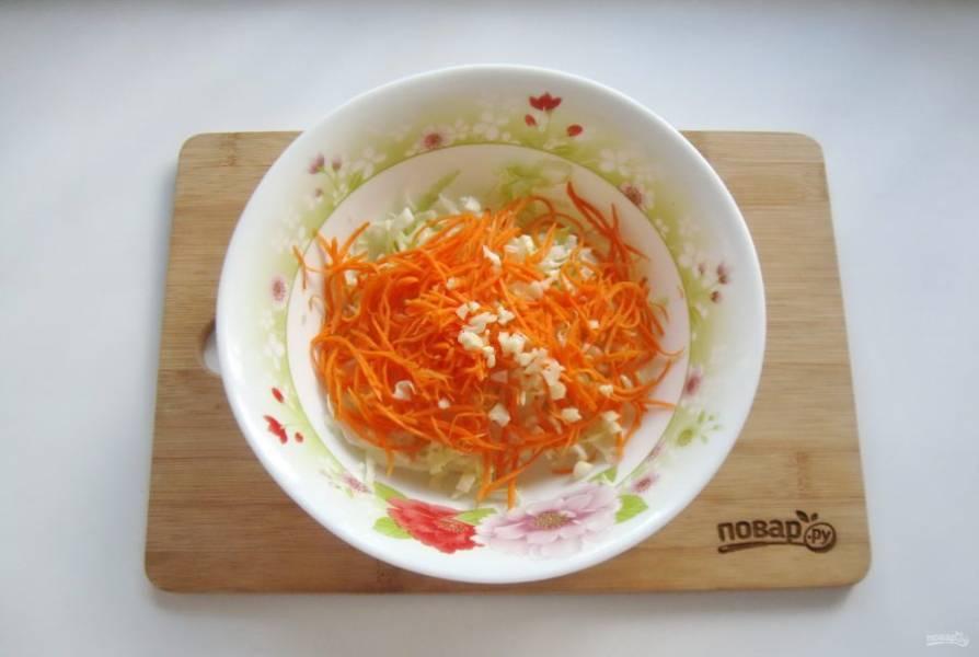 Чеснок очистите, измельчите любым способом и выложите в салат.