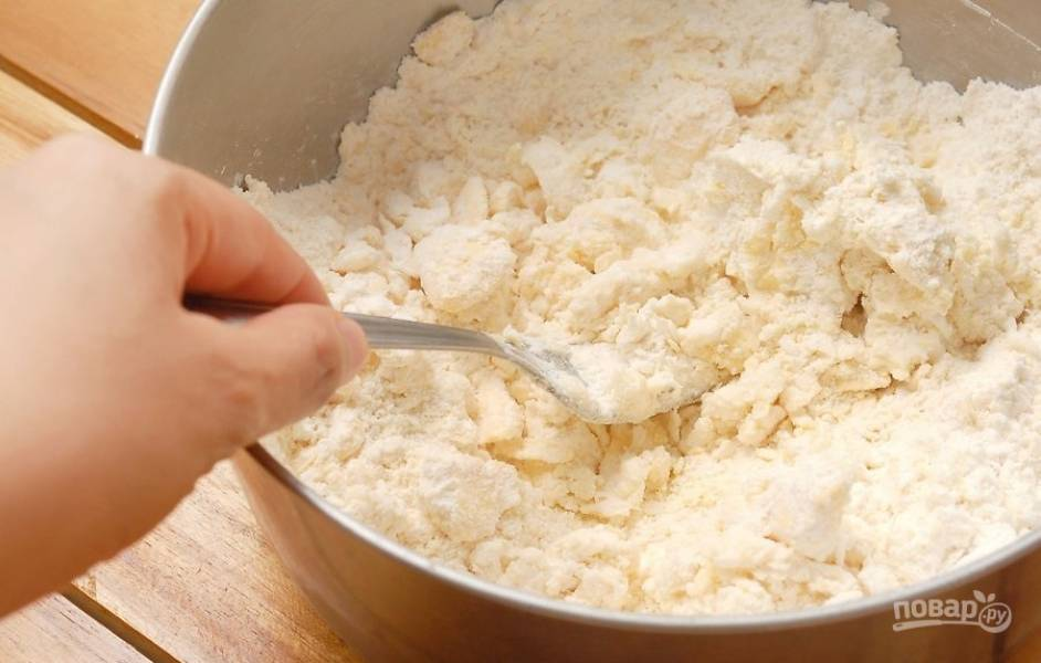 1.В миску просейте муку, добавьте к ней соль, затем нарежьте сливочное масло кусочками и добавьте его к муке, разомните вилкой в крошку.