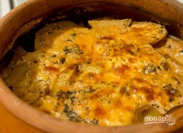 Разогрейте духовку до ста восьмидесяти градусов. Поставьте в нее горшочек и запекайте блюдо полтора часа.
