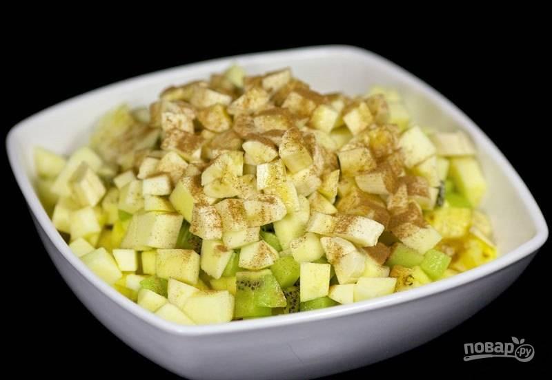 3. Посыпьте фрукты щепоткой корицы.