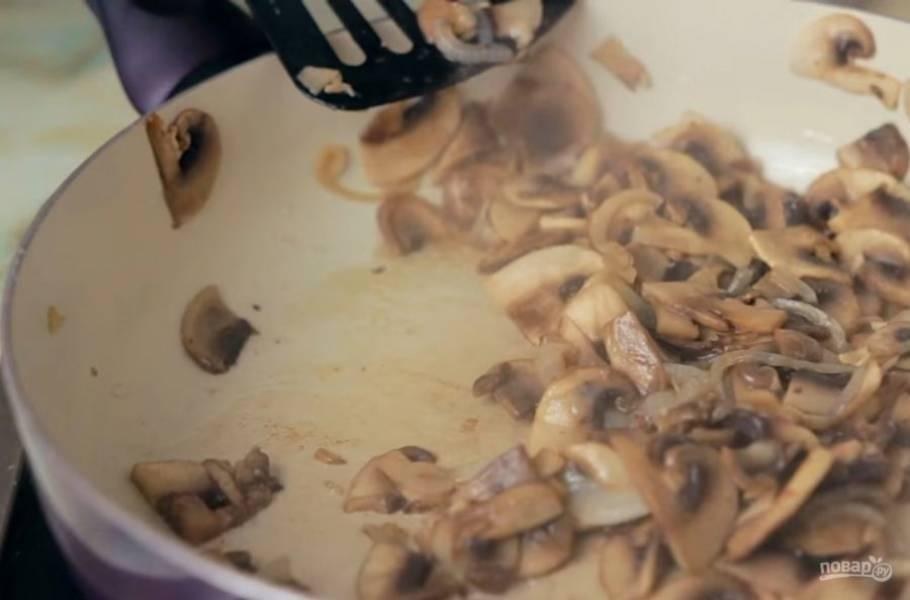 3. Помойте шампиньоны и нарежьте их на тонкие дольки. Обжарьте их с мелко нарезанным луком до готовности грибов.
