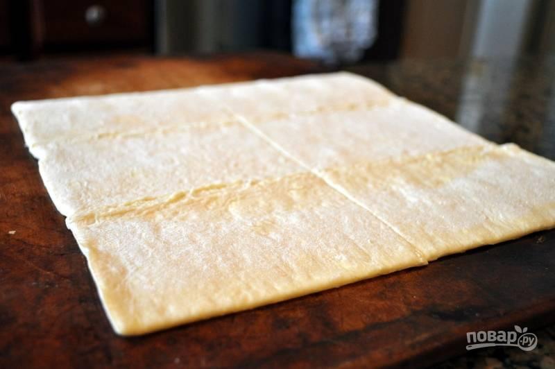 3.Разморозьте слоеное тесто, разделите его на несколько частей.