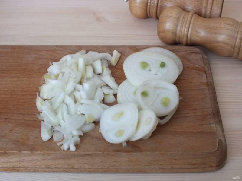 2 луковицы порежьте мелко, одну луковицу кольцами.