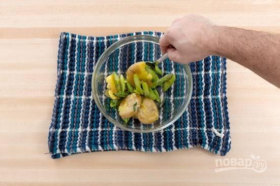 2.Ставлю на огонь кастрюлю с водой, кладу картофель и щепотку соли, отвариваю картофель до готовности, затем отвариваю в той же воде спаржу в течение 1-2 минут. Перекладываю отварные овощи в миску и разминаю вилкой, добавляю соль, перец, пару капель оливкового масла.