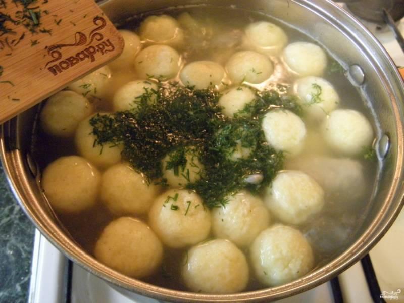 В готовый суп при сильном кипении бросайте шарики и зелень. Как только шарики всплывут, сразу выключайте огонь.