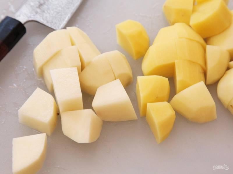 Картофель, и шампиньоны чистим, режем кусочками. Морковь, лук и сельдерей моем. Картофель жарим на растительном масле до корочки.