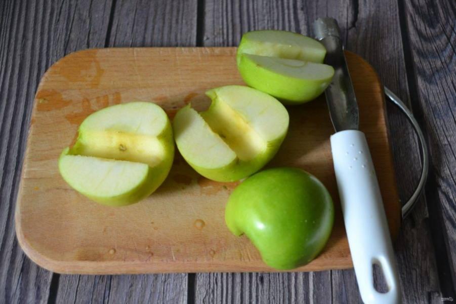 Помойте яблоки, удалите сердцевинки.
