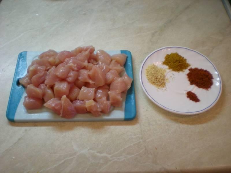 Курицу промойте и порежьте кусочками небольшими, можно кубиками, можно на полоски. Подготовьте специи: по чайной ложке карри, паприки, смеси перцев. Кстати, советую не соль использовать, а соевый соус. Смешайте все специи и соевый соус и замаринуйте курицу. Можете, кстати, взять обычный пакет полиэтиленовый и прямо в нем завязать курицы - отправьте на час или пол часа в холодильник.