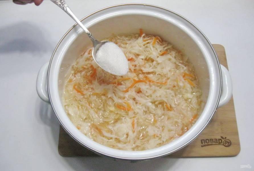 Через это время добавьте сахар по вкусу и перемешайте. Квашеная капуста с чесноком готова. Отправляйте её в холод.