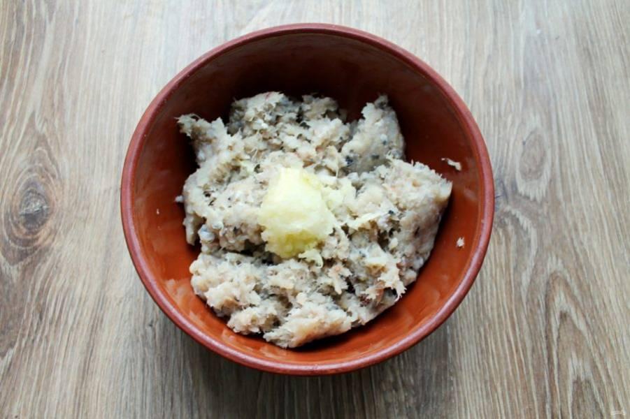 Репчатый лук почистите, измельчите и добавьте в миску с рыбным фаршем.