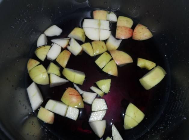 Далее в кастрюлю добавьте нарезанные яблоки.