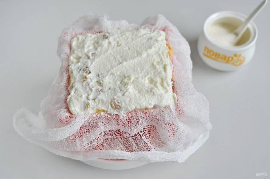 7. Формочку застелите чистой влажной марлей в два слоя. Поставьте ее в тарелочку, где будет скапливаться жидкость. Наполните творожной массой, чередуя ванильный и тыквенный слои. Накройте концами марли.