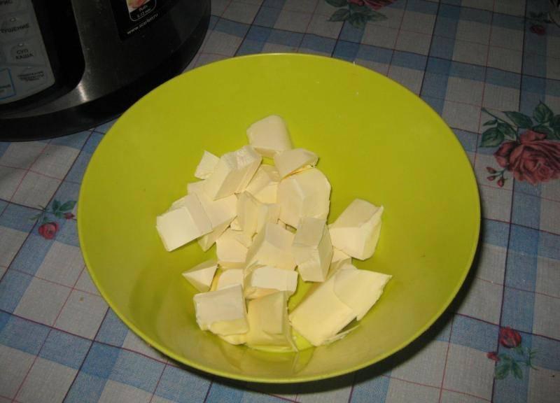 Для начала нарезаем маргарин на небольшие кубики и растапливаем его в микроволновой печи или на водяной бане.