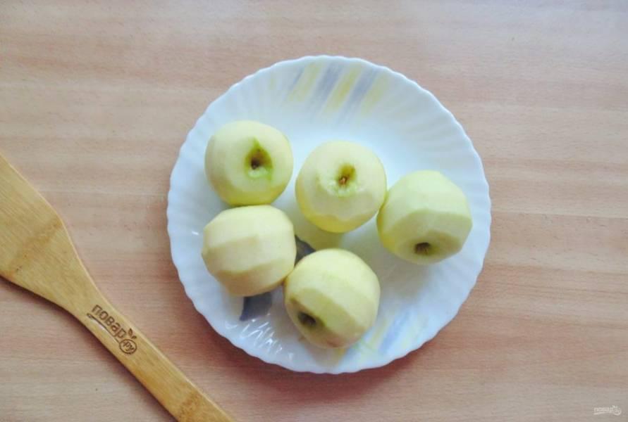 Яблоки помойте, очистите.