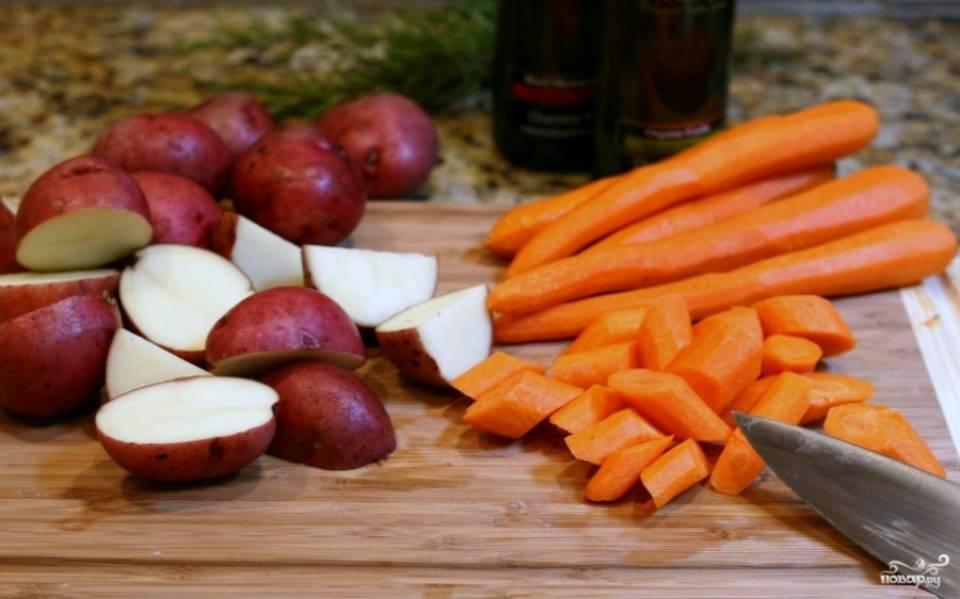 2. Тем временем для гарнира моем, чистим и режем картошку и морковку.