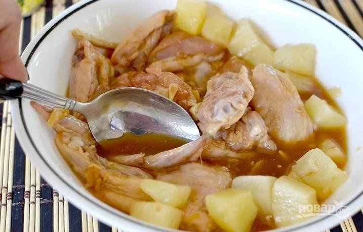 Затем выжмите к крылышкам сок лимона и отправьте ананасы вместе с соком. Отправьте все в холодильник минимум на 4 часа.