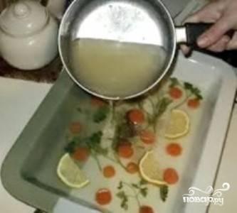 Кусочки вареного судака, моркови и яиц красиво разложите по порционным формам (или используйте одну большую форму). Так же можно добавлять лимон, веточки зелени и т.п. Затем разлейте остывший бульон по формам и вынесите блюда в холод (используйте холодильник или балкон).
