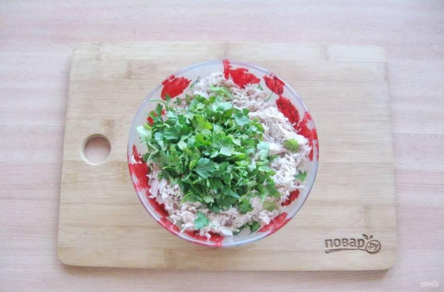 Петрушку или укроп мелко нарежьте и добавьте в начинку.