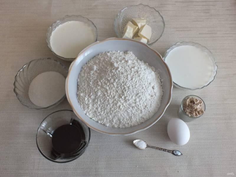 Подготовьте необходимые ингредиенты. Молоко подогрейте до температуры 36 градусов.