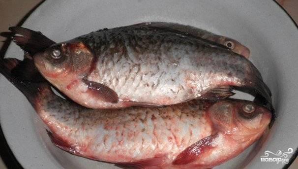 Первым делом нам необходимо очистить рыбу от чешую, выпотрошить и отрезать жабры, так как они дают горечь. Когда рыба очищена, мы тщательно моем ее под холодной водой.