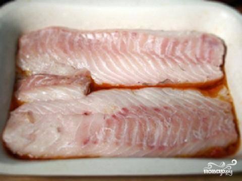 2.В форму для запекания на дно положить часть маринада. Сверху на маринад положить кусочки филе. Обсыпать рыбу солью и поставить в духовку. Готовится рыба около 20 минут.