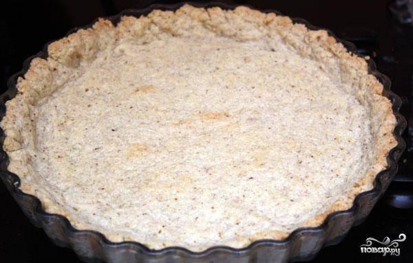 Тем временем наша основа для пирога уже испеклась. Достаем ее из духовки. Она должна выглядеть примерно так, как на фото.