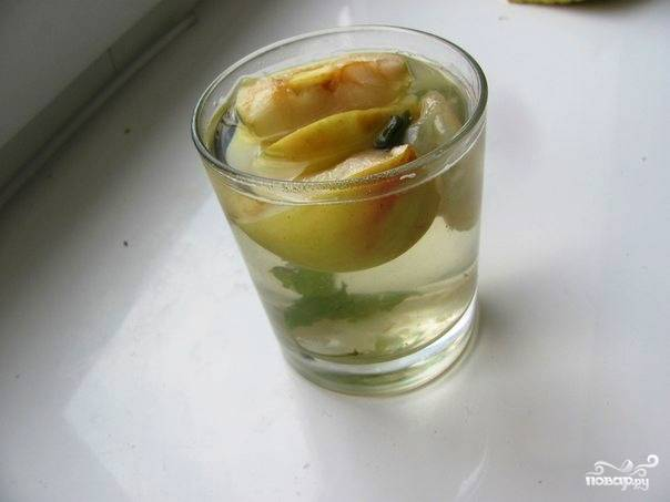 Когда компот будет готов, снимите его с плиты, дайте ему остыть. А затем перелейте в стеклянный кувшин, предварительно добавив свежую мяту и по желанию мед, корицу или дольки лимона. Подавайте компот охлажденным.