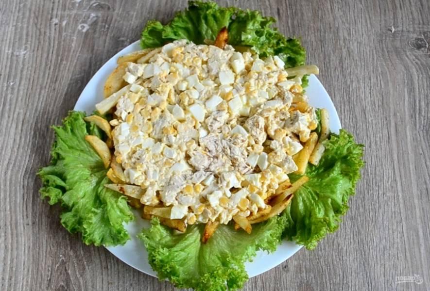 Накройте его подготовленным салатом.