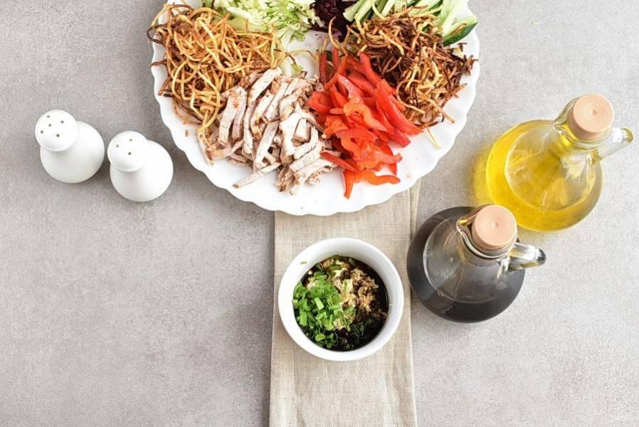 В майонез выдавите чеснок, слегка посолите и поперчите, добавьте соевый соус и мелко шинкованный зеленый лук. Хорошо перемешайте.
