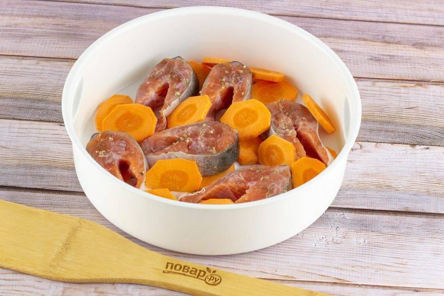 """В чашу мультиварки для приготовления на пару выложите рыбу и морковь. В основную чашу мультиварки налейте 2 мультистакана воды, сверху поставьте чашу с рыбой и в режиме """"варка на пару"""" готовьте горбушу 30 минут. Если у Вас нет такого режима, то подойдет режим """"суп""""."""