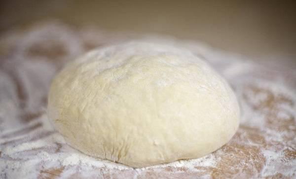 """5. Выложить тесто на рабочую поверхность и как следует вымесить, при необходимости добавляя муку. Оставить его """"отдохнуть"""" минут 20."""