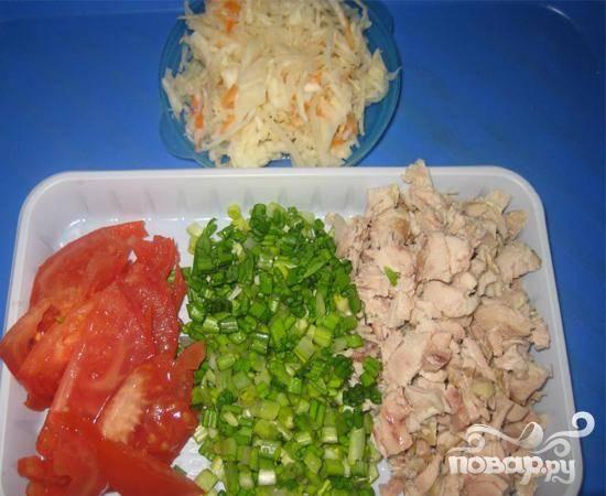2.Небольшими кубиками нарезаем куриное филе и черемшу. Промываем помидор и нарезаем его полукольцами.