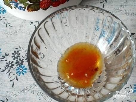 5.Приступайте к формированию десерта. На низ креманки положите слой абрикосового варенья. Достаточно будет одной столовой ложки.