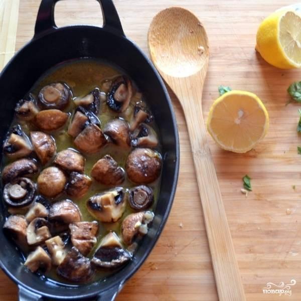 Достаем готовые грибы из духовки, сбрызгиваем лимонным соком, посыпаем петрушкой и, если надо, солим и перчим.