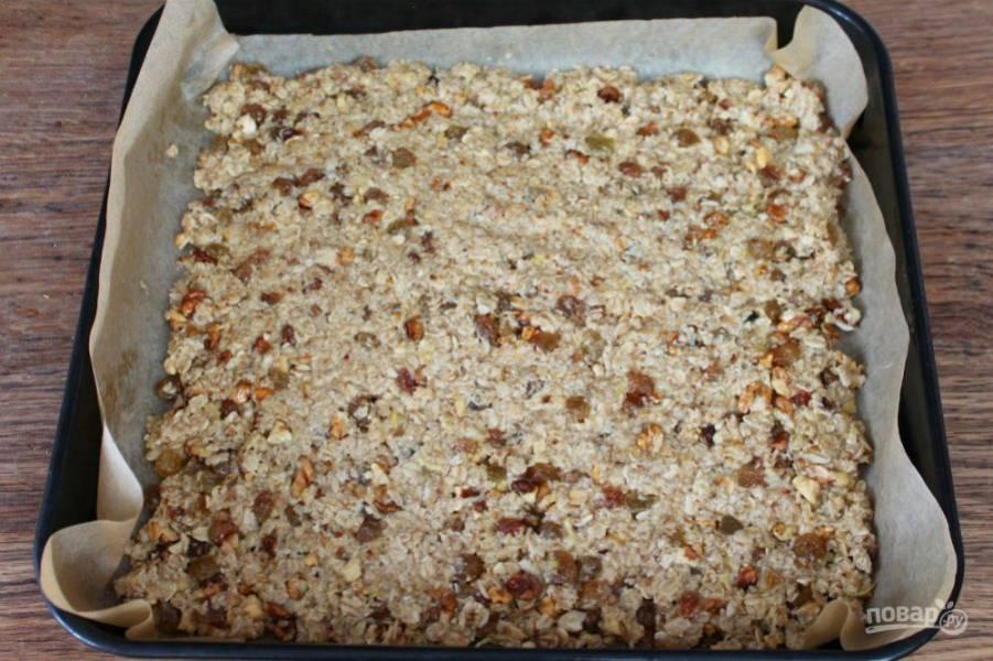 Массу выкладываем на противень покрытый пекарской бумагой и выравниваем слой. Отправляем в духовку разогретую до 200 градусов. Выпекаем 7-10 минут.