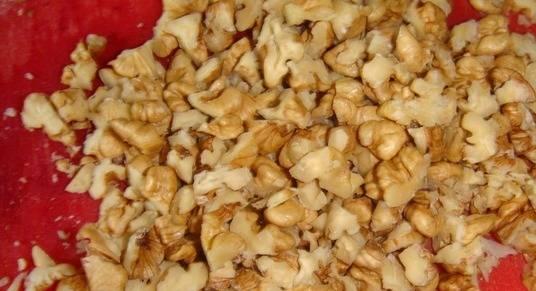 Измельчаем орехи.