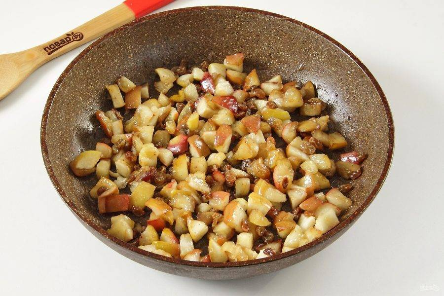 Добавьте изюм к готовым яблокам и перемешайте.