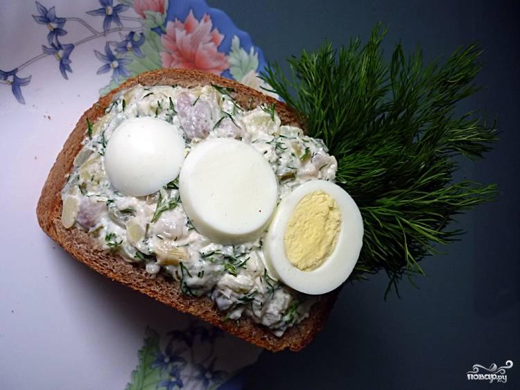 Сложите салат в вместо мякоти в хлеб. Украсьте по желанию. Ваш салат в буханке хлеба готов.