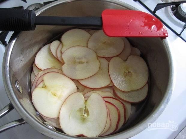 Затем опустите яблоки в сироп на 10 минут.