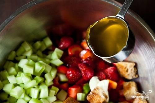 Затем вливаем пол чашки оливкового масла
