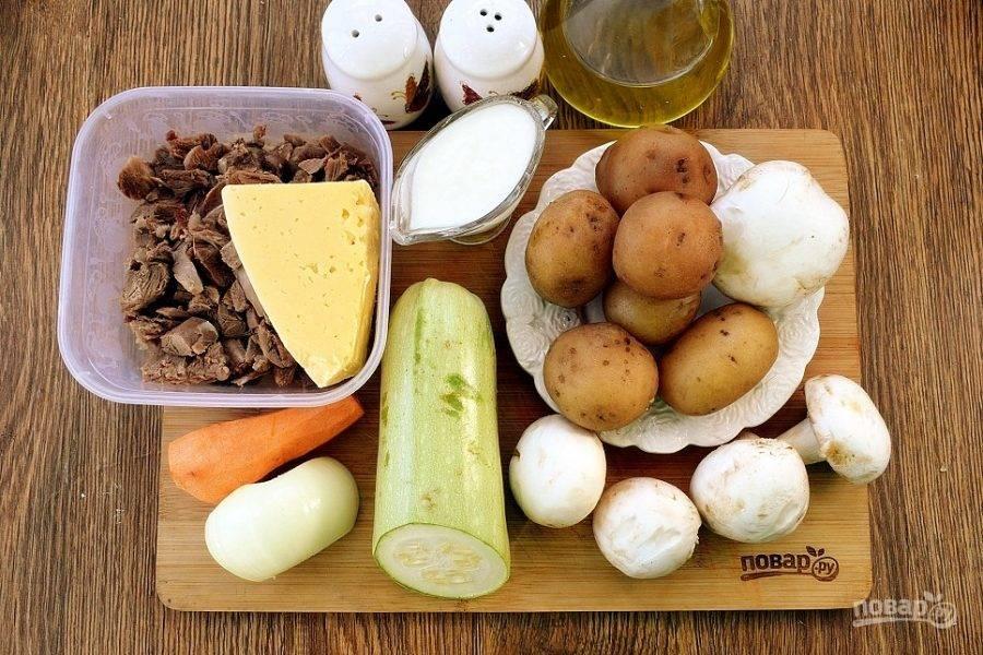 Подготовьте необходимые продукты. Овощи и грибы вымойте, очистите. Мясо снимите с костей и нарежьте на мелкие кусочки.