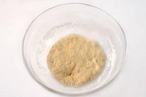 Из муки, кефира, соды и соли замешиваем некрутое тесто. Количество муки ориентировочное, возможно, понадобится больше. Тесто надо побросать и побить об стол, а затем дать отдохнуть, чтобы оно стало эластичным.