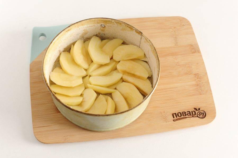Яблоки нарежьте дольками (если шкурка жесткая, то лучше ее снять) и выложите в смазанную маслом форму для запекания. Я дополнительно посыпаю форму манкой.