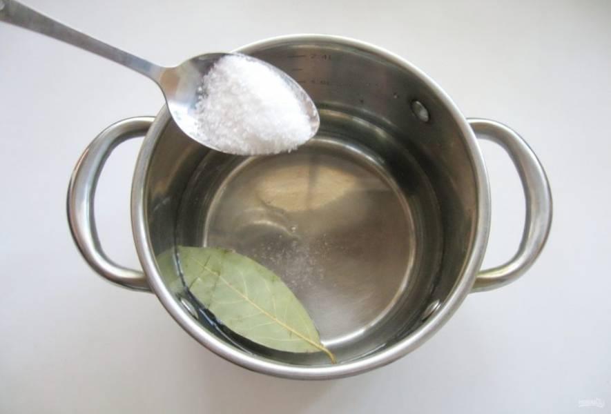 Всыпьте столовую ложку соли.