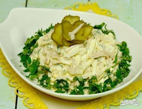 4.Готовый салат перекладываю в салатницу и украшаю розочкой из соленого огурчика.