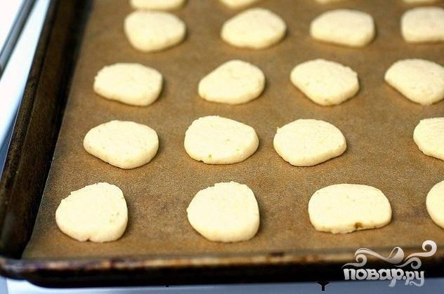 4. Выложить печенье на противни на расстоянии 2,5 см друг от друга. Выпекать печенье до легкого золотистого цвета, около 15 минут.