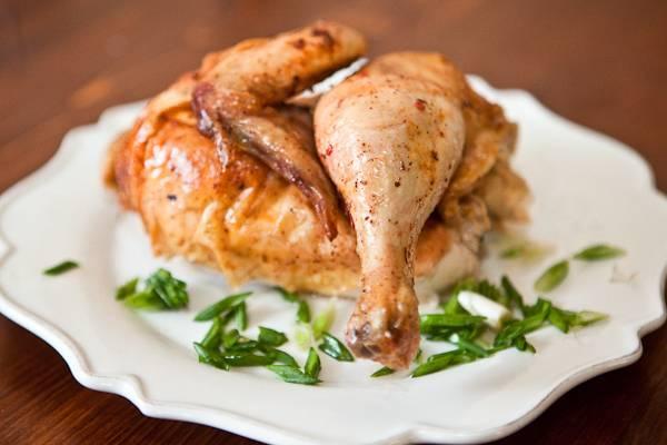 Готовьте 10 минут при высокой температуре, а потом один час при 180 градусах. Во время готовки пару раз полейте курицу соком. Потом дайте блюду настояться в фольге 10 минут и подавайте его, разделав на части.