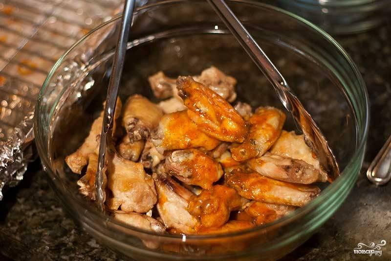 7. Запеченные крылья выложите на тарелку, полейте оставшимся томатным соусом и подавайте к столу со сметанно-чесночным соусом. Очень вкусно!